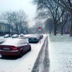 Autos parkend im Winter